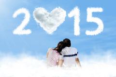 couples-se-reposant-sur-le-nuage-avec-le-numéro-44758256