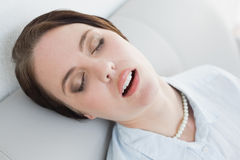 femme-bien-habillée-fatiguée-s-asseyant-et-dormant-sur-le-sofa-35023316