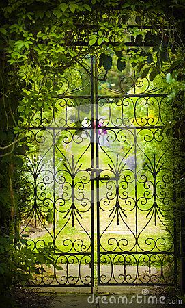 porte-de-jardin-secret-et-de-fer-49603490